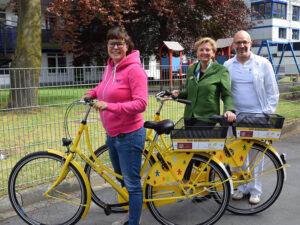 Die vom Zonta Club Lippstadt gespendeten Fahrräder bei ihrem ersten Einsatz – v.l.n.r.: Eva Graefe (Bunter Kreis Sonnenblume), Annette Bergschneider (Zonta) und Dr. Lior Haftel (EVK)