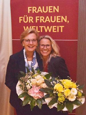 Annette Bergschneider (links) übergibt das Amt der Präsidentin des Zonta Club Lippstadt an Susanne Musga