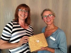 Area Director Karin Lühmann (links) mit Präsidentin Susanne Musga vom Zonta Club Lippstadt