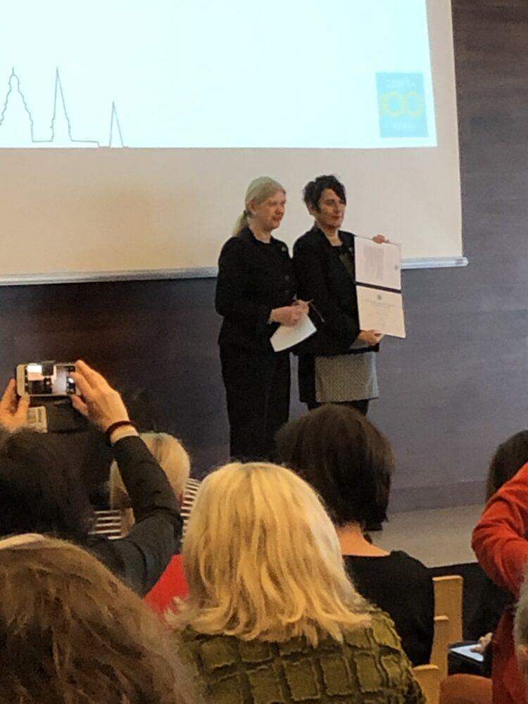 Susanne von Bassewitz (links) verleiht Zonta International Jubiläumspreis an Monika Hauser
