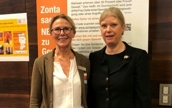 Susanne Musga, Präsidentin Zonta Club Lippstadt (links) und Zonta International President Susanne von Bassewitz